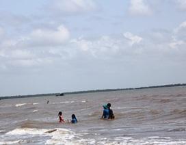 Cứu sống 7 người tự ý nhảy xuống biển, bị cuốn trôi