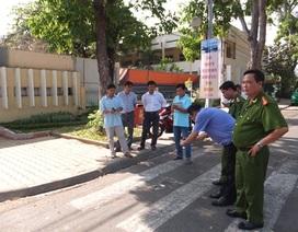 Hai thanh niên bị truy sát trước cổng trường học