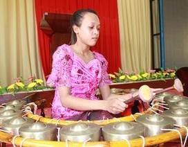 Nữ sinh đam mê nhạc cụ truyền thống của đồng bào dân tộc Khmer