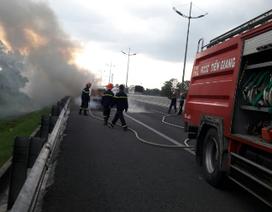 """Ôtô 7 chỗ cháy """"trơ khung"""" trên cao tốc TP.HCM - Trung Lương"""