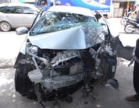 Ô tô 4 chỗ tông xe tải, tài xế kẹt trong ghế lái