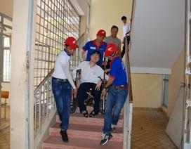 Thí sinh khuyết tật được bạn giúp đỡ đến phòng thi