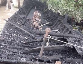 13 tàu du lịch cháy rụi trong đêm