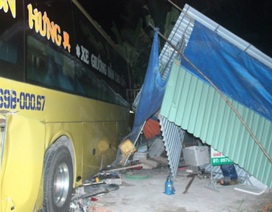 Xe khách lao vào chợ, tông bị thương 3 người