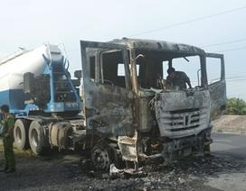 Xe đầu kéo cháy rụi cabin, tài xế bị thương