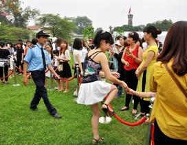 """Hà Nội: Người dân """"xé rào"""" vào chụp ảnh với hoa anh đào"""