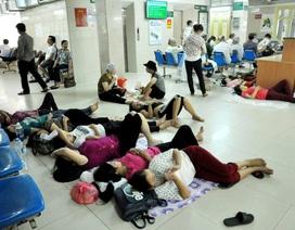 Vạ vật trong bệnh viện ngày Hà Nội nóng 40 độ C