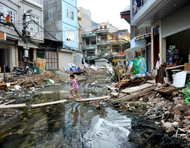 Sống giữa Thủ đô vẫn phải bắc cầu, lội nước thải vào nhà