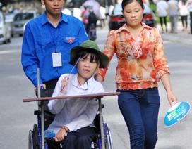 Nghị lực phi thường của thí sinh ngồi xe lăn đến địa điểm thi
