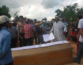 Vụ dân khiêng quan tài đòi đền bù: Bắt một cán bộ Trung tâm phát triển quỹ đất