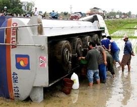 """Nô nức """"hôi"""" dầu từ xe bồn gặp nạn, lật nghiêng dưới ruộng"""