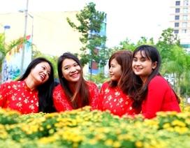 """Giới trẻ Đà thành """"xúng xính"""" váy áo chụp hình tại đường hoa"""