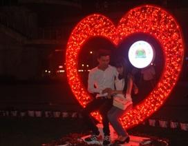 Các cặp đôi tận hưởng Valentine đầy lãng mạn tại cầu tình yêu