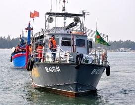Gần 20 giờ vượt sóng gió cứu tàu bị nạn ở Hoàng Sa