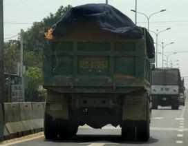"""Quảng Nam: """"Bắt sống"""" xe ben chở quá tải"""