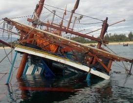 Nỗ lực vớt con tàu bất ngờ chìm trong đêm