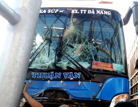 Xe khách tông trạm thu phí, 6 người bị thương
