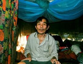 Thảm cảnh người đàn ông bệnh tật sống trong căn nhà rách nát