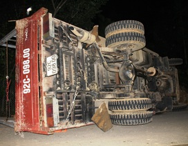 Xe chở gỗ keo mất thắng, 1 người tử vong
