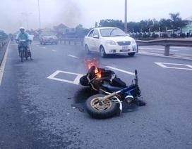 Xe máy bốc cháy, cô gái bình tĩnh dừng xe, chạy thoát thân