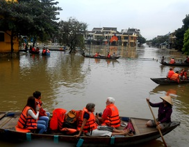 """Dịch vụ đưa khách tham quan phố cổ Hội An bằng ghe """"đắt hàng"""" ngày lụt"""