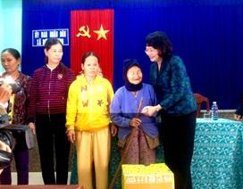 Phó Chủ tịch nước tặng quà cho bà con vùng lũ