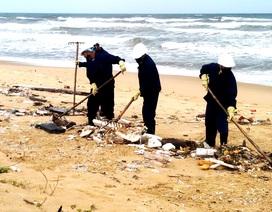 Vẫn chưa xác định nguồn dầu vón cục tấp vào bãi biển