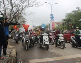 Thanh niên tình nguyện quên mưa lạnh điều tiết giao thông
