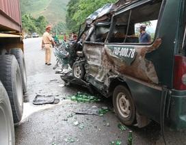 Xe chở hàng gặp tai nạn, lộ nhiều hàng hóa không rõ nguồn gốc