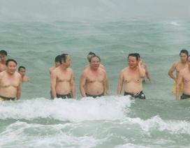 Bộ trưởng Trần Hồng Hà cùng lãnh đạo bộ - ngành tắm biển, ăn hải sản