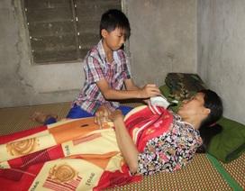Rơi nước mắt trước cảnh cậu học trò lớp 6 chăm cha, mẹ bị bạo bệnh