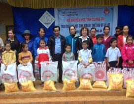 Hội khuyến học Quảng Trị trao hơn 100 suất học bổng, quà đến học sinh vùng lũ