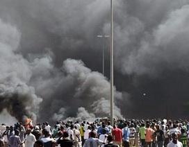 Bạo loạn tại Burkina Faso, người biểu tình đốt tòa nhà quốc hội