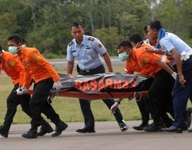 Cứu hộ Indonesia vừa chạy vừa khiêng thi thể nạn nhân QZ8501
