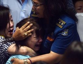 Thân nhân hành khách máy bay AirAsia đau đớn tột cùng