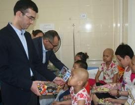 Đại sứ quán Azerbaijan tặng quà cho các bệnh nhi nhân ngày 1/6