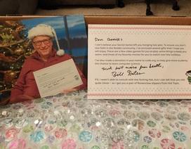 """Một fan nữ """"vỡ òa"""" khi nhận được hàng loạt quà Giáng sinh từ Bill Gates"""
