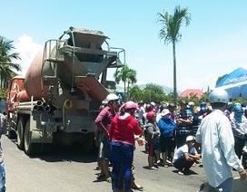 Bé gái lớp 3 bị xe bồn cán ngang người, hàng trăm người vây hiện trường