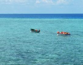 Tàu cá cùng 9 ngư dân mắc cạn trên bãi rạn ở Trường Sa