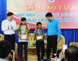 """Hai cậu bé chăn bò nhận huy hiệu """"Tuổi trẻ dũng cảm"""" vì cứu 5 nữ sinh"""