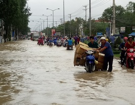 """Đường ngập nặng, hàng trăm phương tiện """"chôn chân"""" ở cửa ngõ Nha Trang"""