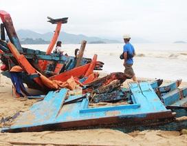 Nhiều tàu cá tiền tỷ bị sóng đánh tan tành trên bãi biển Nha Trang