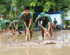 Bộ đội nhiệt tình giúp giáo viên dọn bùn sau lũ quét