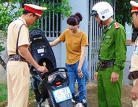 Thiếu nữ điều khiển xe máy có chứa thuốc nổ bên trong