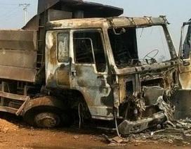 Xe tải bốc cháy ngùn ngụt sau va chạm giao thông