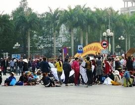 """Vụ dân đòi đường ra biển: Hàng trăm người vẫn """"cố thủ"""" giữa đường"""