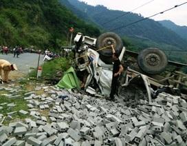 Xe tải lật nghiêng khi lao dốc, 3 người tử vong
