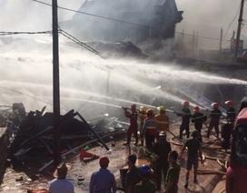 Huy động đội cứu hỏa của nhà máy lọc hóa dầu dập đám cháy siêu thị