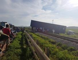 """Nhiều chuyến tàu trễ giờ vì container """"ăn vạ"""" trên đường ray"""