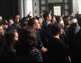 Hàng nghìn cánh tay bạn trẻ tiễn biệt ca sĩ Trần Lập
